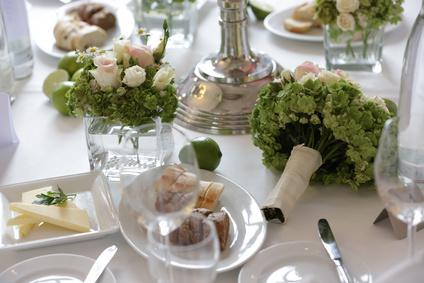 gedeckter tisch bei einer Hochzeit